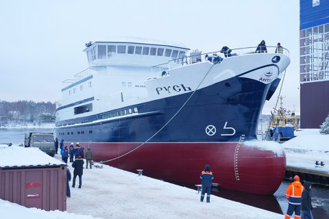 На ленинградском судостроительном заводе «Пелла» состоялся спуск на воду краболовного судна «Русь»